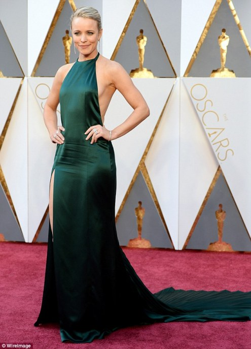 31AAA16600000578-3468790-Emerald_gown_Rachel_McAdams_wore_a_revealing_emerald_gown_on_Sun-m-29_1456738703298